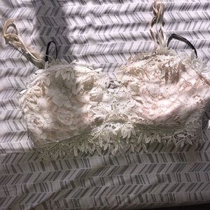White lace with design bratop